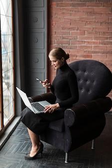 Современная женщина работает на ноутбуке