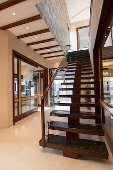 モダンな木製階段