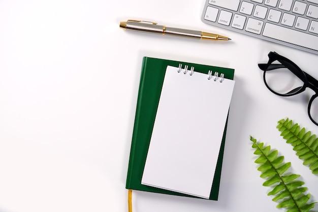 컴퓨터 메모장 연필 녹색 잎 흰색 사무실 책상에서 현대 작업 환경