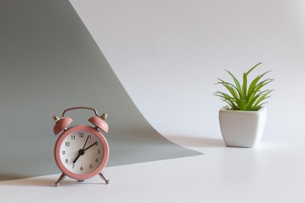 알람 시계와 공장 선택적 초점 복사 공간이 있는 현대적인 작업장 아침 개념