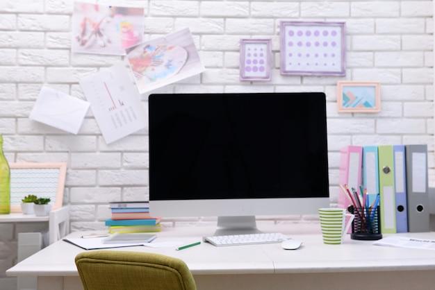 테이블에 컴퓨터와 현대 직장
