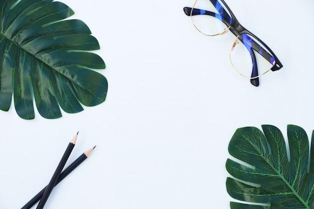 Современное рабочее пространство и аксессуары, тропические листья монстера