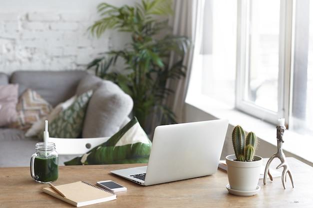 Uno spazio di lavoro moderno con un ambiente luminoso