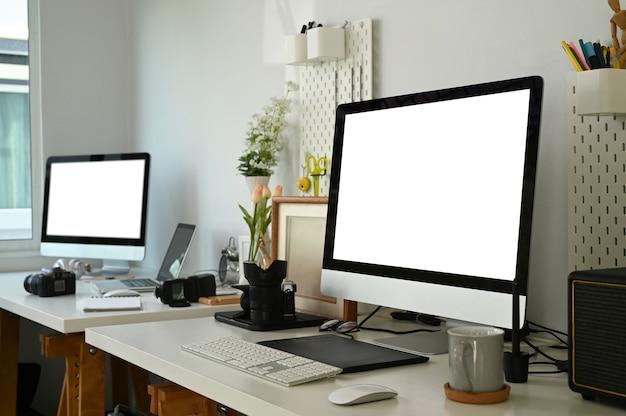 コンピューターと機器を備えたモダンなワークスペース