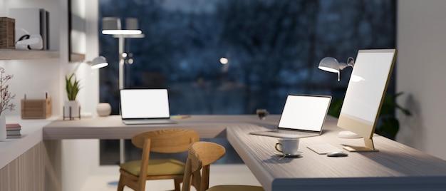 Современная рабочая станция в роскошном доме с двумя ноутбуками и компьютерным макетом 3d-рендеринга