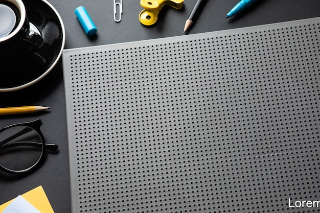 Современный рабочий стол в черном цвете фона. пространство для творчества