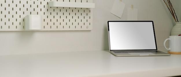 Современный рабочий стол с копией пространства, макет ноутбука, чашка кофе и украшения в домашнем офисе