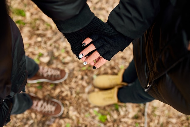 현대적인 젊은 부부는 숲속 야외 여행 개념, 꼭대기 전망, 영원히 사랑, 발렌타인 데이에 손을 잡고 있습니다.