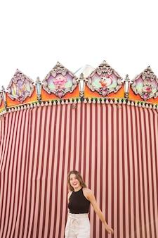 Современная молодая женщина, стоя перед декоративной палатки