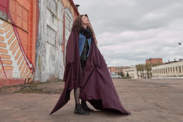 도시 거리에 서 있는 현대 젊은 여성. 도시의 삶