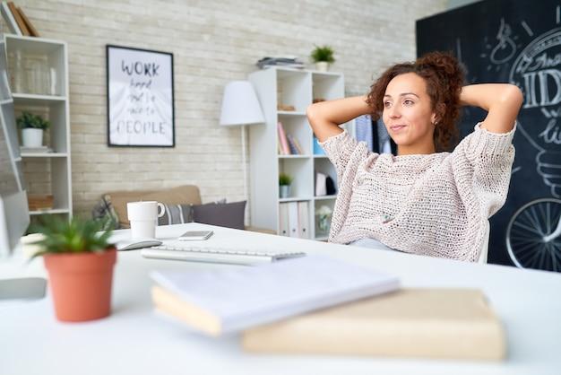 Современная молодая женщина отдыхает от работы