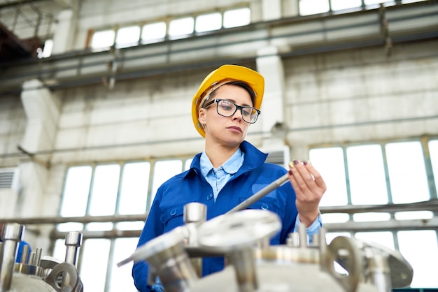 공장에서 일하는 현대 젊은 여자