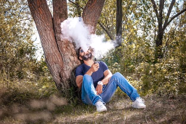 林床で電子タバコを楽しんでいるmodernvape男