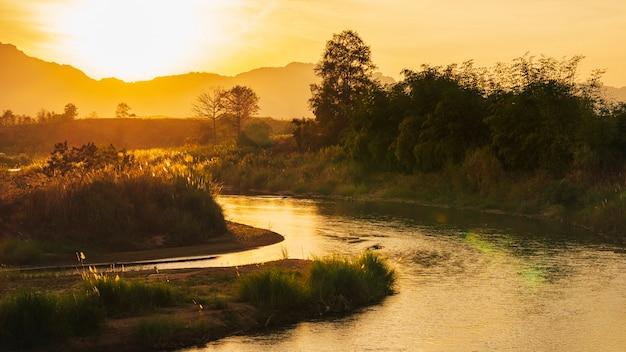 日没時のモエイ川メーソート地区のタイとビルマの自然の国境です