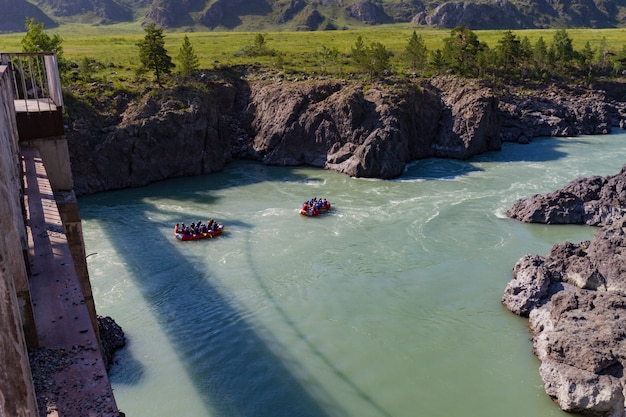 アルタイmointainでラフティングカトゥーン川