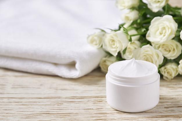 보습 화장품, 고급스러운 천연 얼굴 또는 바디 크림 민감한 피부를 나무 탁자에 있는 항아리에 넣고 텍스트를 위한 공간을 복사합니다. 피부 클렌징 화장품 고급 크림 또는 비타민 스파 로션