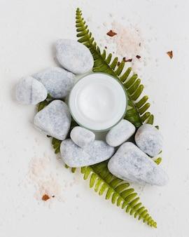 保湿クリームの岩と入浴剤