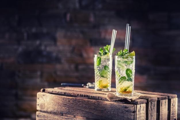 Мохито. алкогольный коктейль мохито на деревянной доске в пабе или ресторане.