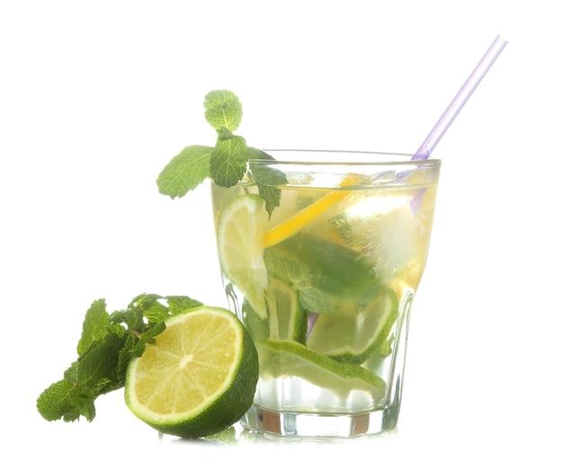 白い孤立した背景にライム、ミント、レモンとグラスでモヒートカクテル