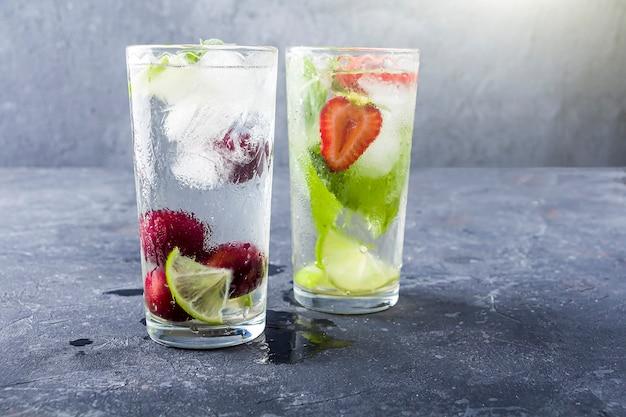 角氷とモヒートカクテル様々な夏のグラスレモネードnダーク