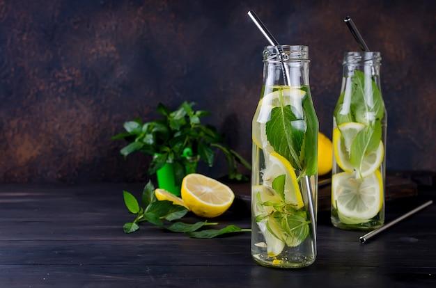 어두운 칵테일 여름 음료 개념에 레몬과 민트와 모히토 칵테일