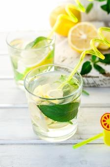 흰색 테이블에 레몬과 민트와 모히토 칵테일, 칵테일 여름 음료 개념