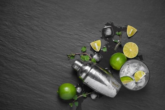 ダークストーンのテーブルにライムとミントのモヒートカクテル