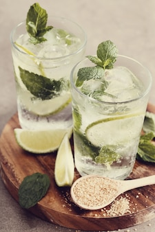 Bicchiere mojito con ingredienti