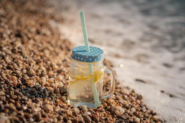 바다 해안에 유리 항아리에 모히토. 바다에서 여름 해변 재미
