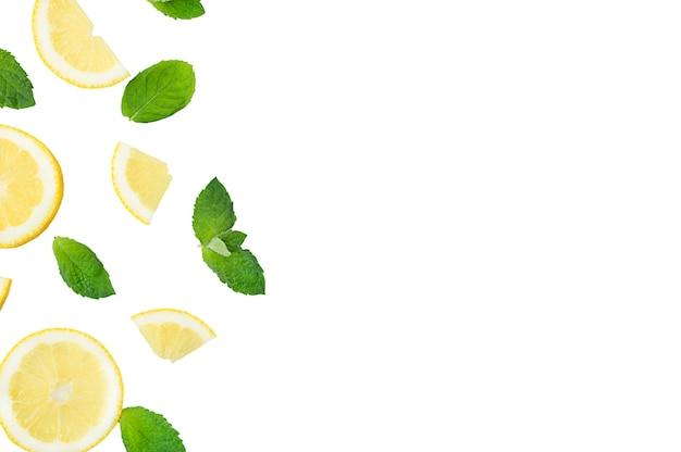 モヒート、レモネードカクテル、または酸っぱい水を注入した材料。スライスしたレモンとミントの葉を使ったフラットレイ、コピースペース。高品質の写真