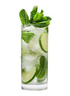 Летний освежающий коктейль мохито со льдом и мятой