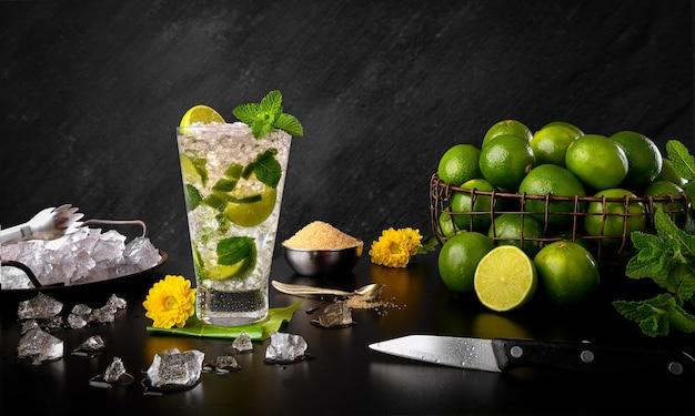 モヒート-伝統的なレモンとミントラムの飲み物