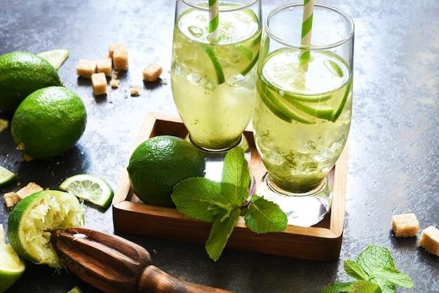 Мохито. традиционный летний напиток с мятой, лаймом, джином и тростниковым сахаром.