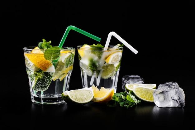 Коктейльный напиток mojito в спиртовом бокале с газированной водой, лимонным соком лимона