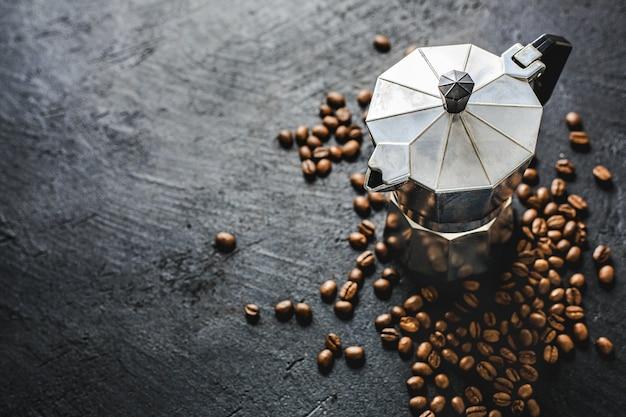 어두운 배경에 모카 커피 개념