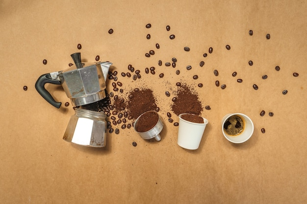 Кофе в горшочке moka pot и кофейные зерна на коричневой бумаге