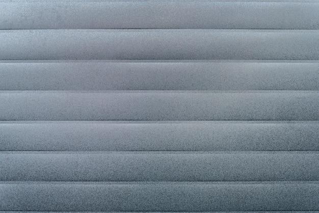사이딩 표면의 곰팡이 및 곰팡이 질감 근접 촬영으로 은색 성형 보드 라이닝 물막이 판자