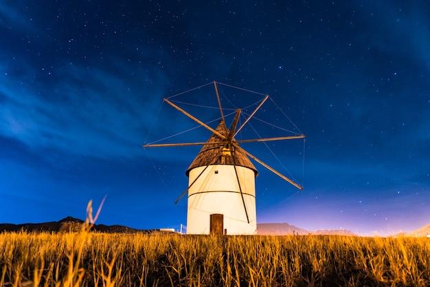 アルメリアのカボデガタにあるサンノゼの町で夜のモリノデルポゾデロスフライレス