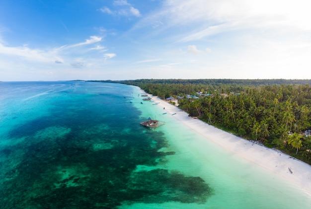 空撮トロピカルビーチアイランドリーフカリブ海。インドネシアmoluccas群島、ケイ島、バンダ海。最高の旅行先、最高のダイビングシュノーケリング、素晴らしいパノラマ。
