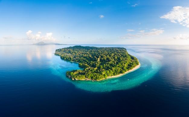 空撮トロピカルビーチアイランドリーフカリブ海。インドネシアmoluccas群島、バンダ諸島、プラウアイ。トップ旅行観光地、最高のダイビングシュノーケリング。