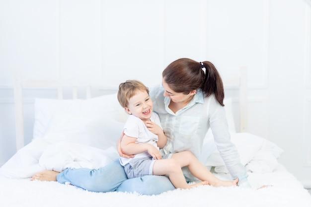 ベッドで家で話しているママと赤ちゃん、親と子の関係の概念