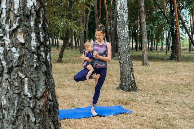 엄마와 아기 요가 야외 웰빙 가족 요가 수업은 마음챙김과 명상을 연습합니다.
