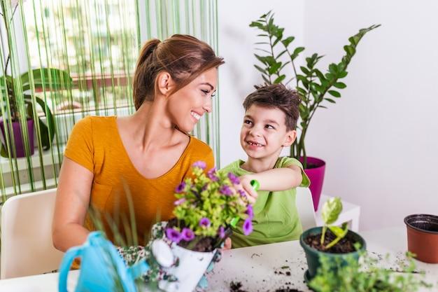 一緒に植物を植えるママと男の子の子供