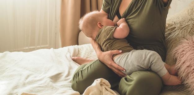 그녀의 아기를 모유 수유하는 엄마
