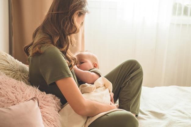 赤ちゃんを母乳で育てるお母さん