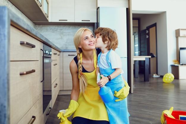 엄마와 아이가 집을 청소하고 있습니다.