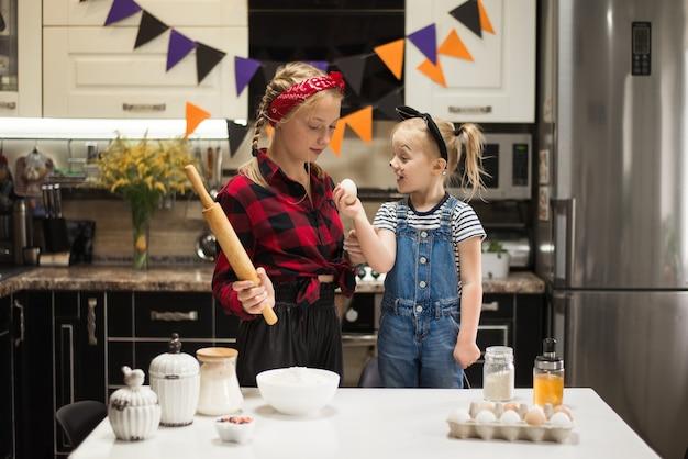 엄마와 아이는 할로윈과 생일을 위해 축제 음식을 준비합니다