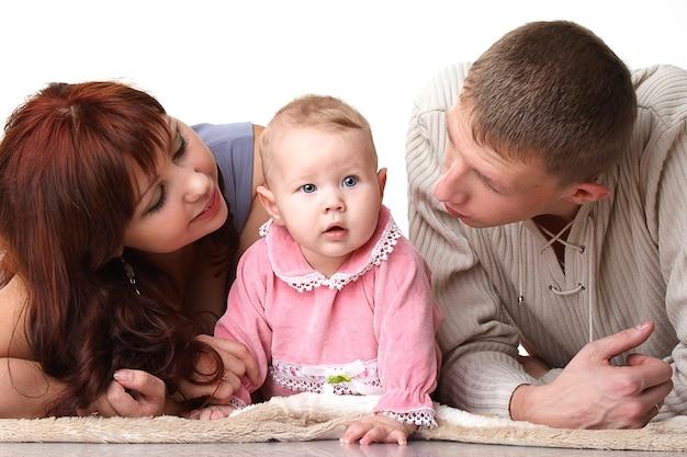幼い子供と話しているママとパパ