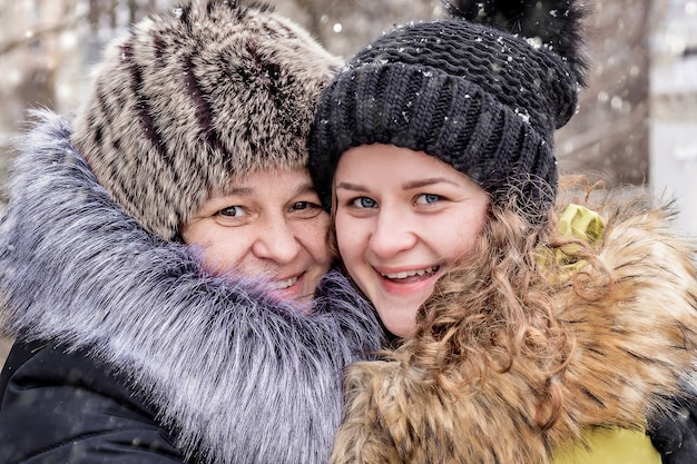 엄마와 딸은 함께 행복합니다. 겨울에 거리에서 엄마와 딸의 초상화