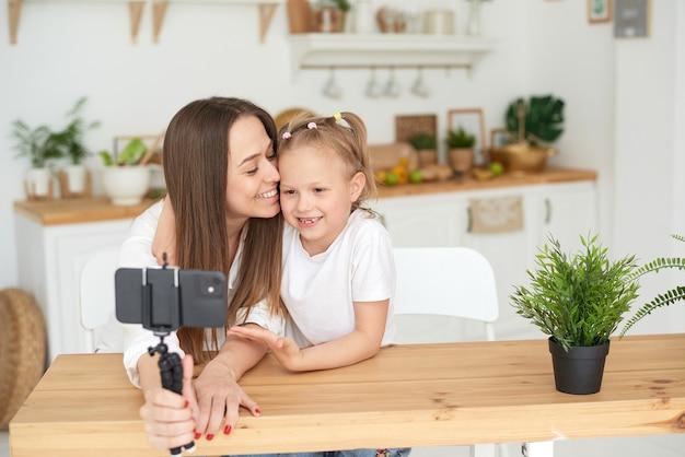 ママと娘は、ビデオブログを録画している間、楽しんで、浮気しています。ライフスタイル。家族と過ごす時間。